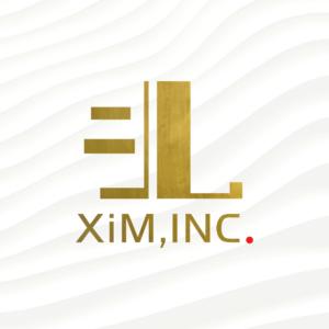 XiMのブランドロゴは、一般的なデザインのセオリーである線の均質化を敢えて行わず、不揃いな線で構成されています。これは、様々な個性が活かされたまま集まり、共に絶妙なバランスで黄金を築きあげる様を表しています。また、背景に置かれた白い波模様は、波風を立てないことを美徳とする価値観を超越し、より自然に、そして自ら積極的に広大で清い影響力を生み出していくことを表しています。